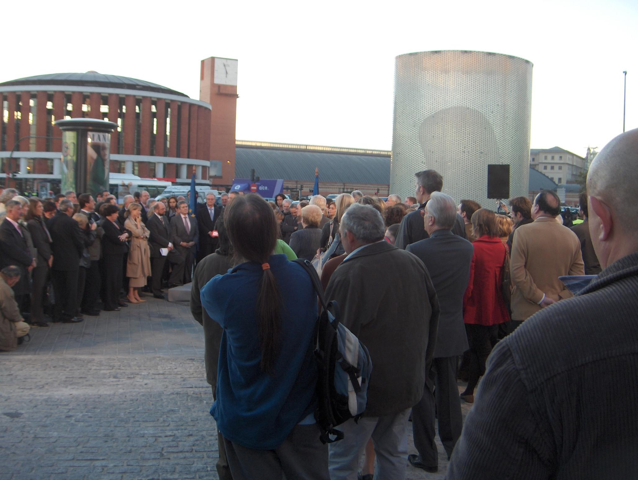 PES delegatsioon mälestustseremoonial Atocha rongijaama (vasakul) jamälestussambajuures